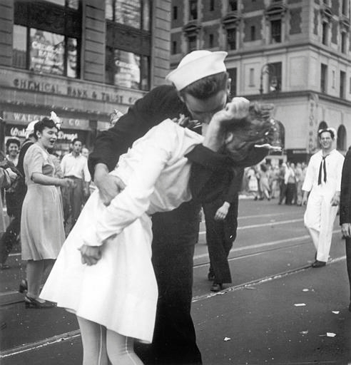 WWII 'kissing sailor' dies age 95