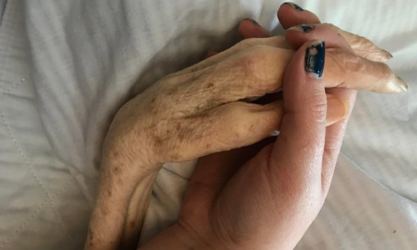 How Reddit users helped a woman spend last Mother's Day with her dying mum
