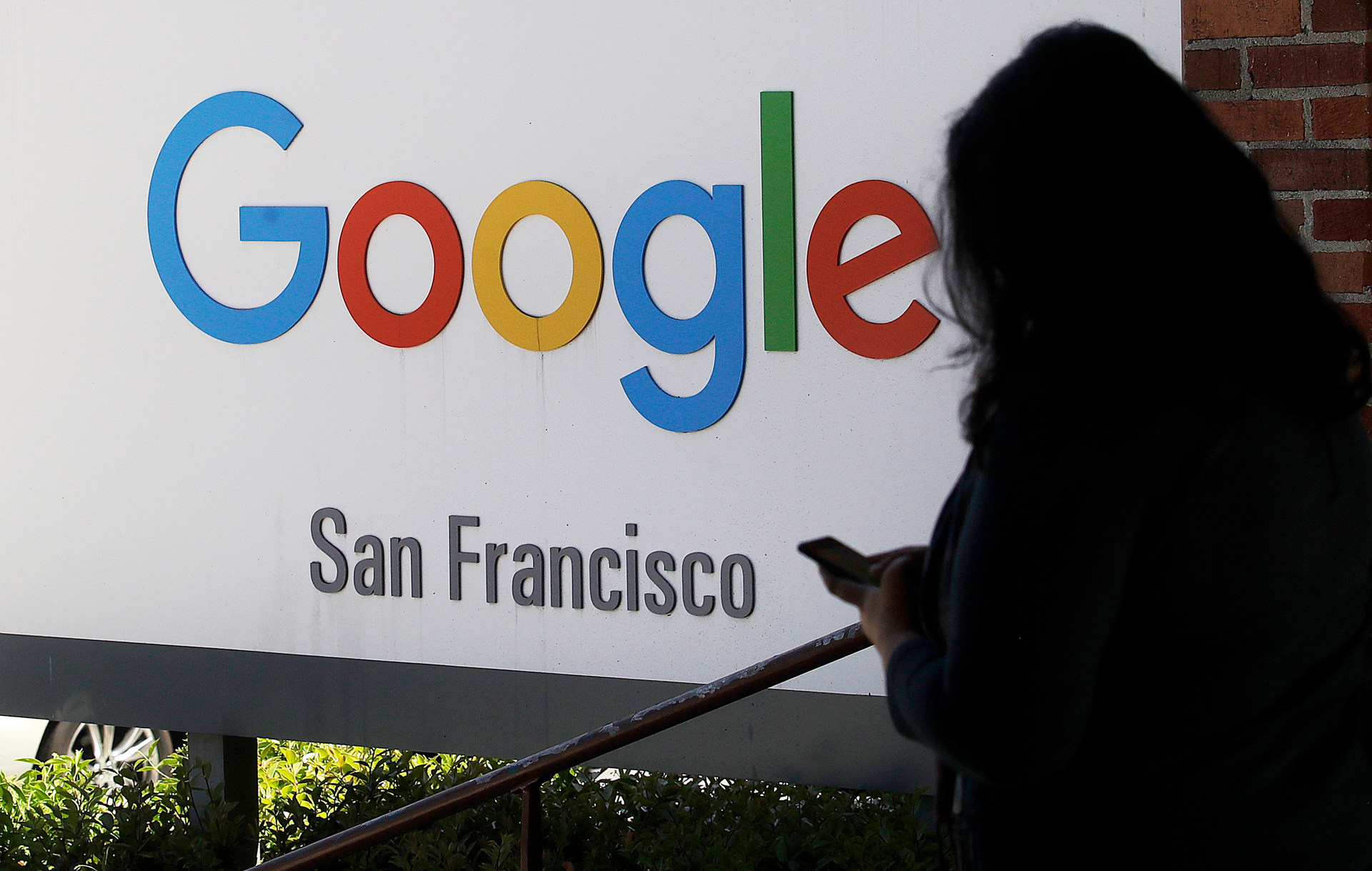 Google employees call for pledge not to work with US immigration