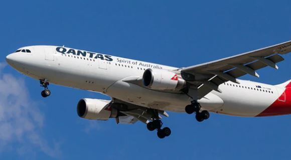 Qantas flight QF575 forced to turn back after hydraulics issue, passengers evacuated as cabin filled with smoke