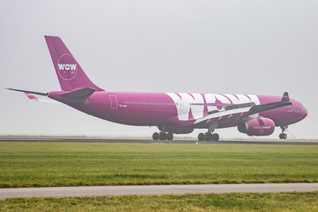 Bankrupt Wow Air plies passengers with pizza then folds