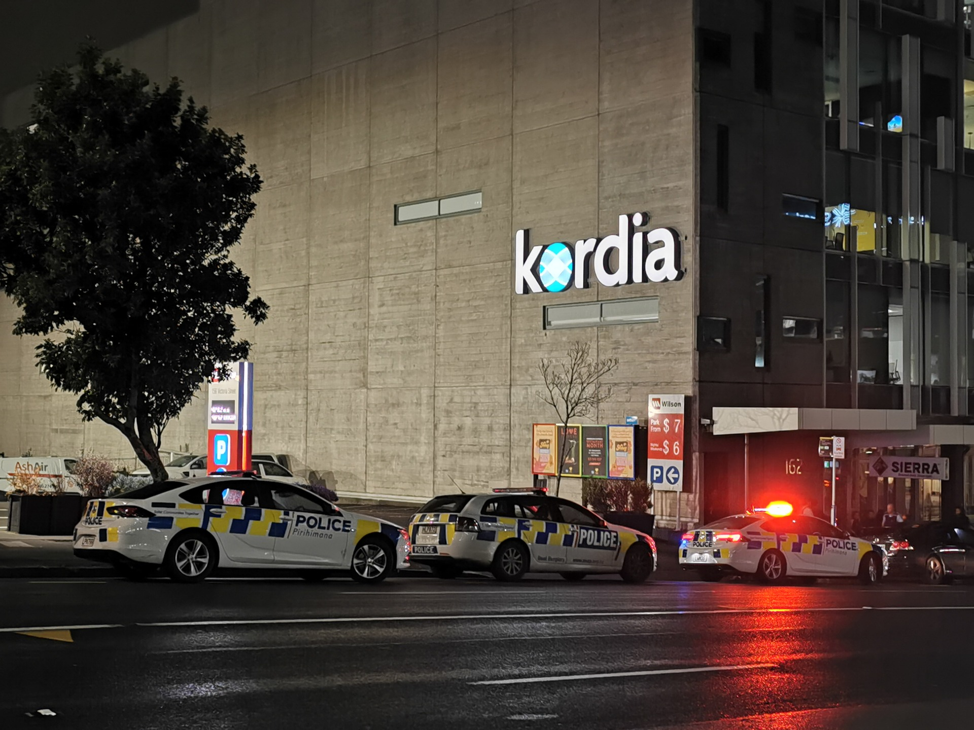 Bomb scare forces Auckland workers out of Victoria St West office building