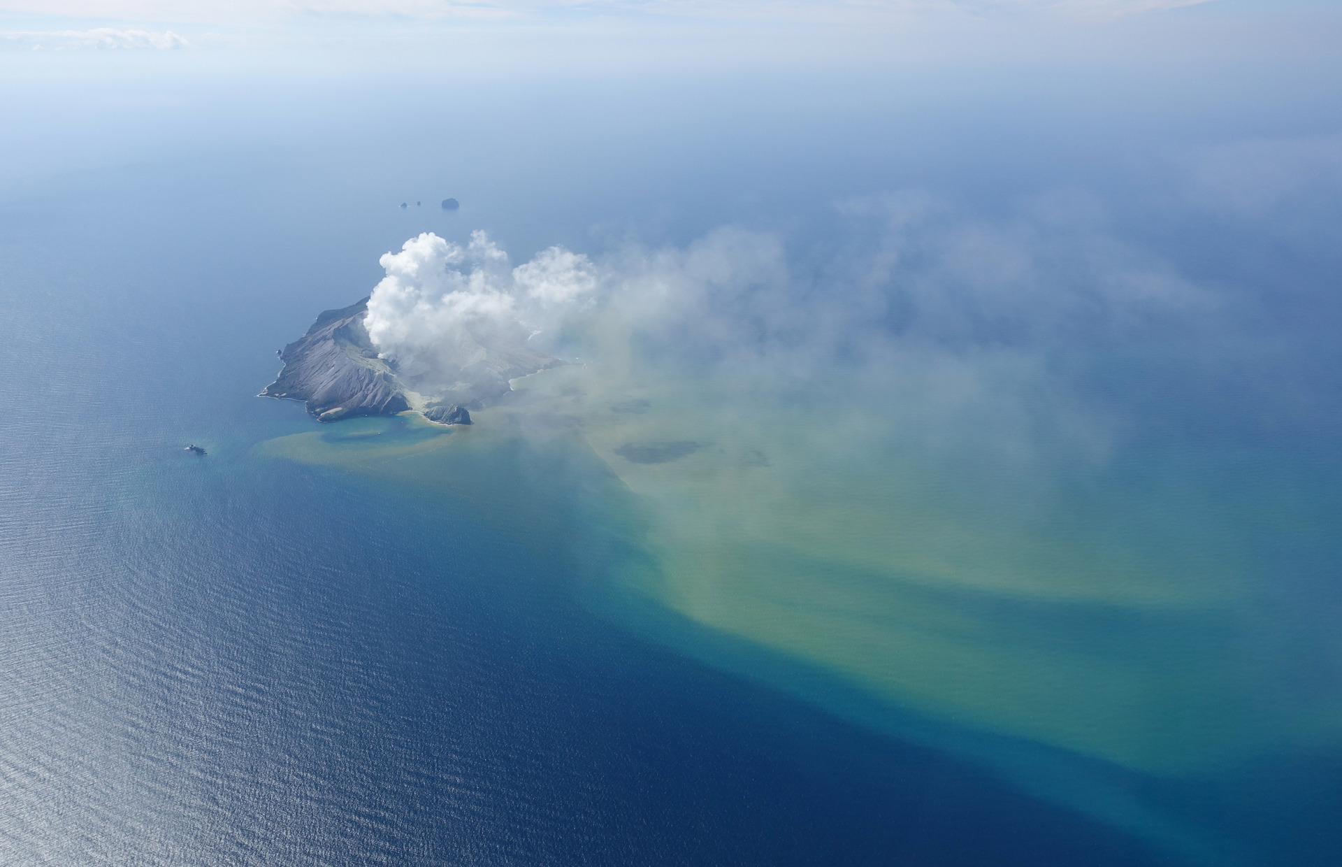White Island: Desperate dive for two remaining victims